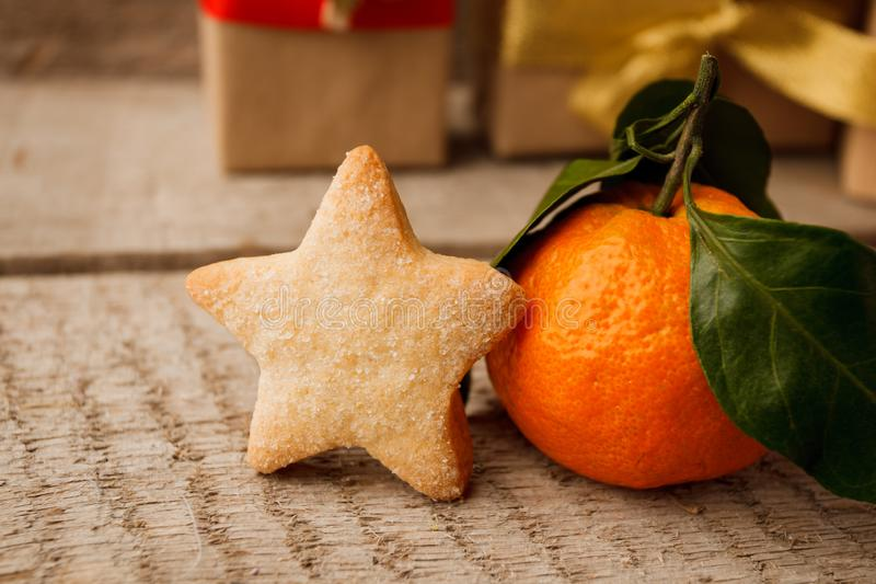 Alimento do Natal Cookie e tangerina da estrela do pão-de-espécie no ajuste do Natal Sobremesa do Xmas Tabela de madeira do vinta imagem de stock