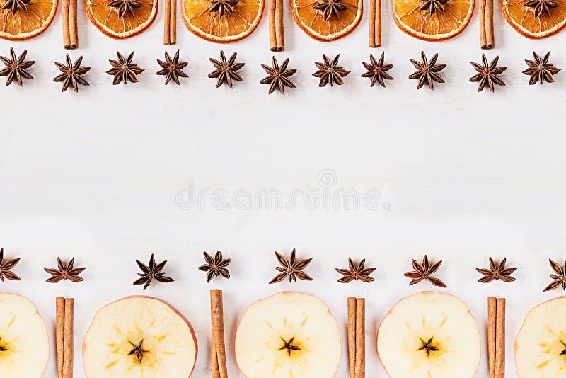 Alimento do Natal - fundo ferventado com especiarias do vinho Quadro decorativo de ingredientes da especiaria - as estrelas do an imagem de stock royalty free