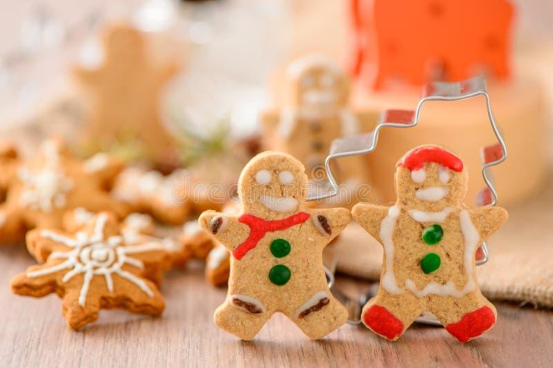 Alimento do Natal O homem de pão-de-espécie e o pão-de-espécie star cookies no ajuste do Natal fotos de stock royalty free