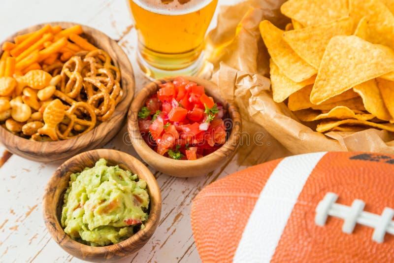 Alimento do partido do futebol, dia do Super Bowl, guacamole da salsa dos nachos foto de stock