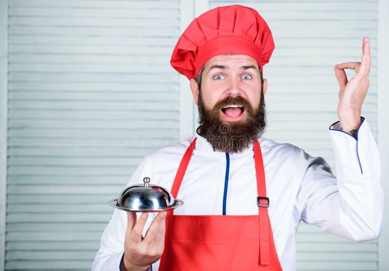 Alimento do saque Culin?ria culin?ria o homem guarda a bandeja do prato da cozinha no restaurante Cozimento saud?vel do alimento  foto de stock royalty free