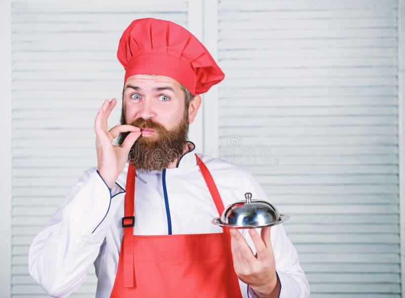 Alimento do saque Culin?ria culin?ria o homem guarda a bandeja do prato da cozinha no restaurante Cozimento saud?vel do alimento  fotos de stock royalty free