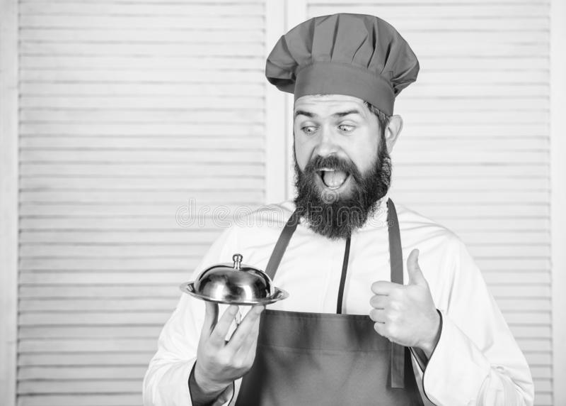 Alimento do saque Culin?ria culin?ria o homem guarda a bandeja do prato da cozinha no restaurante Cozimento saud?vel do alimento  fotos de stock