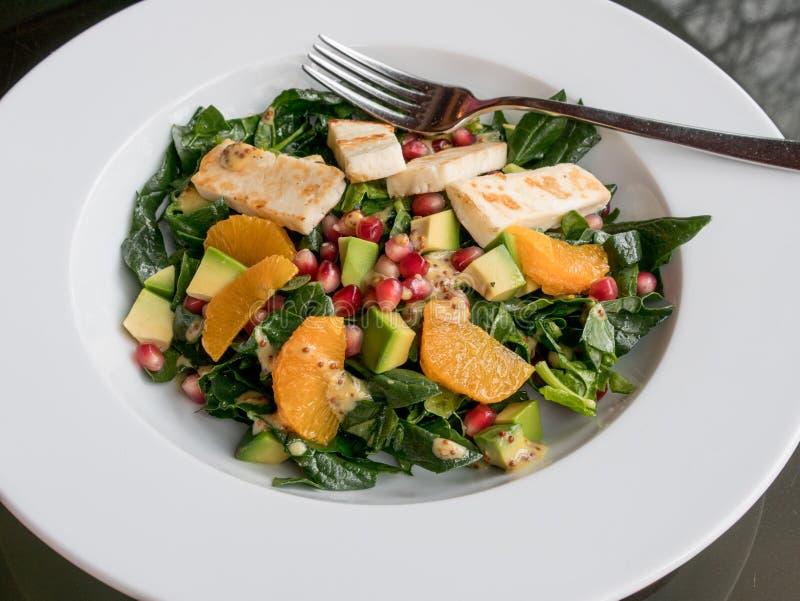 Alimento do vegetariano da dieta Salada verde com espinafres do abacate das laranjas imagens de stock