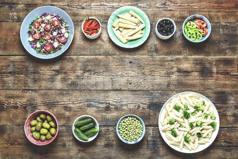 Alimento do vegetariano, massa de Penne, brócolis, pepinos salgados, azeitonas fotografia de stock