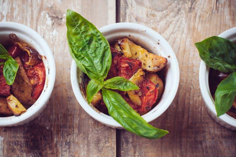 Alimento do vegetariano: três placas de vegetais grelhados imagem de stock royalty free