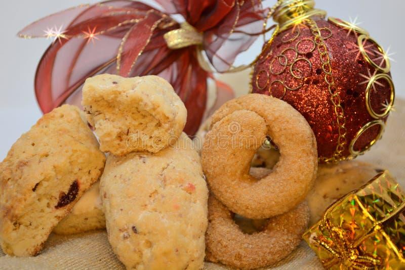 Alimento dolce dei biscotti tradizionali di natale per la decorazione delle palle di natale e di festività per la festività fotografia stock libera da diritti