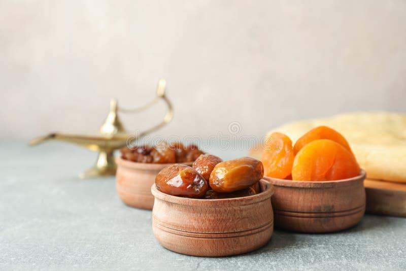 Alimento e Aladdin Lamp de Ramadan Kareem na tabela cinzenta imagem de stock royalty free