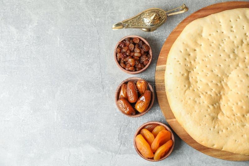 Alimento e Aladdin Lamp de Ramadan Kareem na tabela cinzenta imagens de stock
