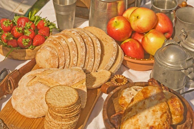 Alimento e bebida em épocas medievais. imagens de stock royalty free