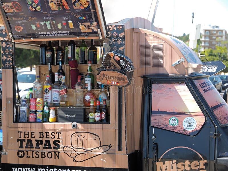 Alimento e camion della bevanda con i Tapas a Lisbona fotografie stock