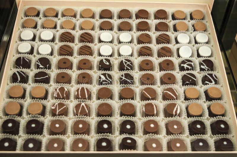 Alimento e doces: uma caixa de gostos diferentes dos chocolates: chocolate de leite, chocolate escuro e chocolate branco imagem de stock royalty free