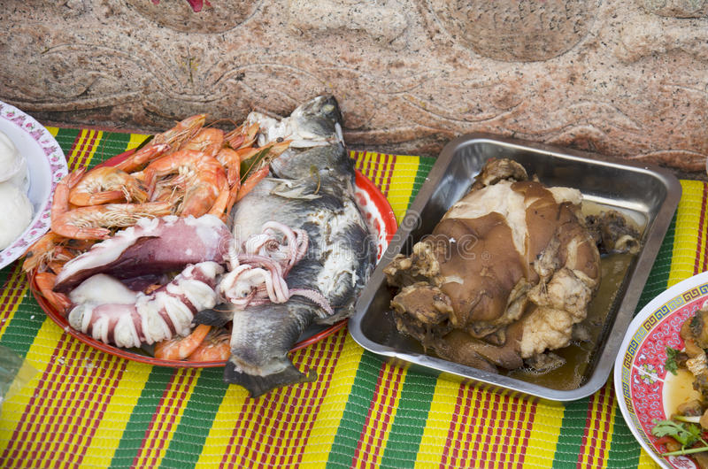 Alimento e frutti di mare di cultura cinese d'offerta sacrificale per l'ANC fotografie stock libere da diritti