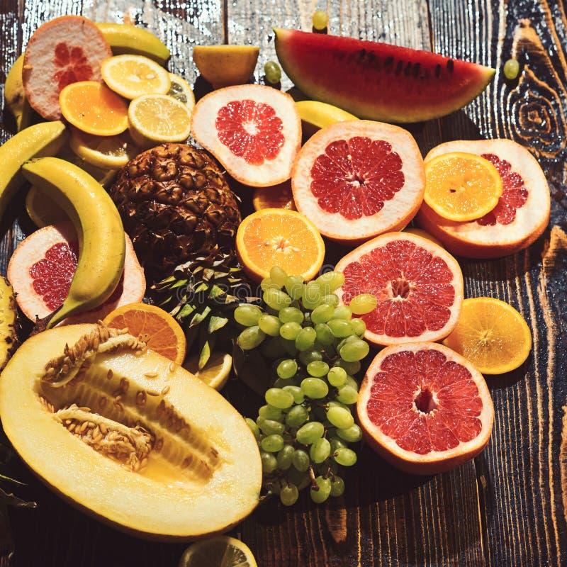 Alimento e salute della vitamina che mangiano anguria e melone con la banana limone arancio dell'ananas con i pompelmi e l'uva fotografia stock libera da diritti