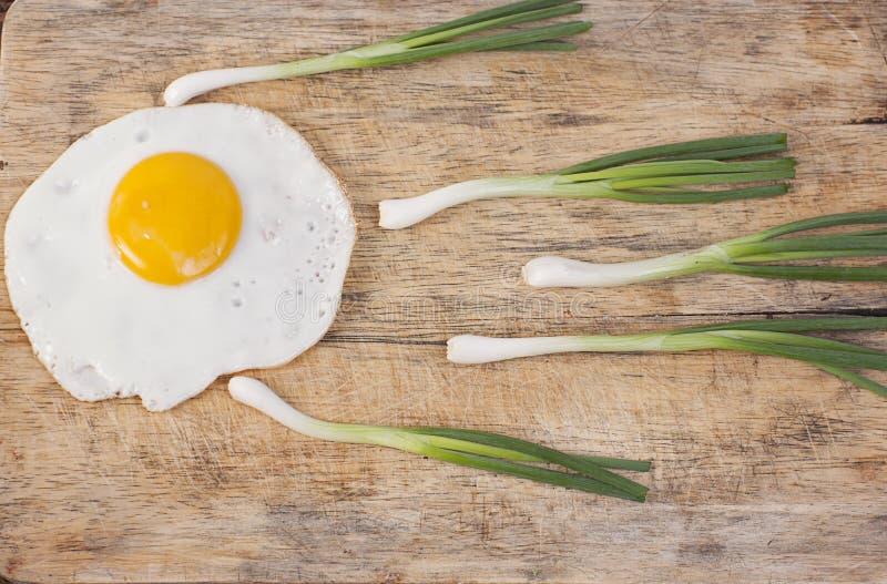 Alimento ed ingredienti sani con l'uovo fritto immagine stock