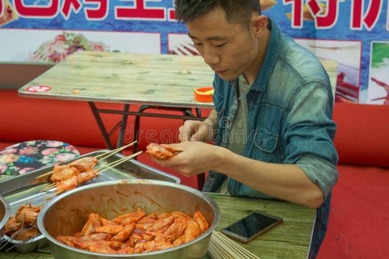 Alimento em China, um no espeto da rua das asas de galinha, lombos fotos de stock