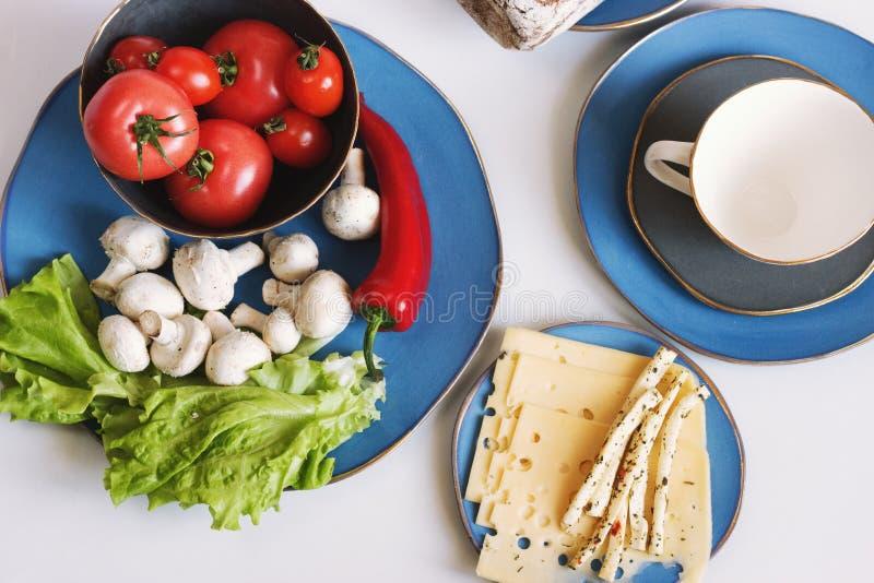 Alimento em pratos azuis do desenhista no fundo claro Vista superior, filme do efeito, processamento da foto do ` s do autor foto de stock royalty free