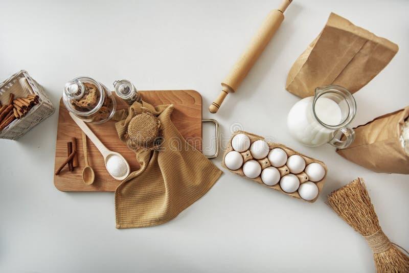 Alimento entranhado para a preparação doce da pastelaria na mesa foto de stock royalty free