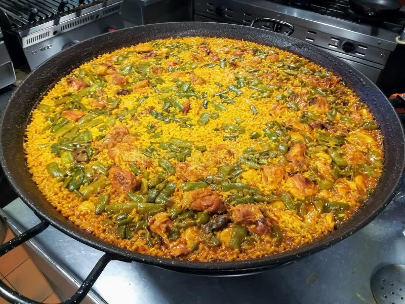 Alimento espanhol típico do arroz, da carne e dos vegetais foto de stock