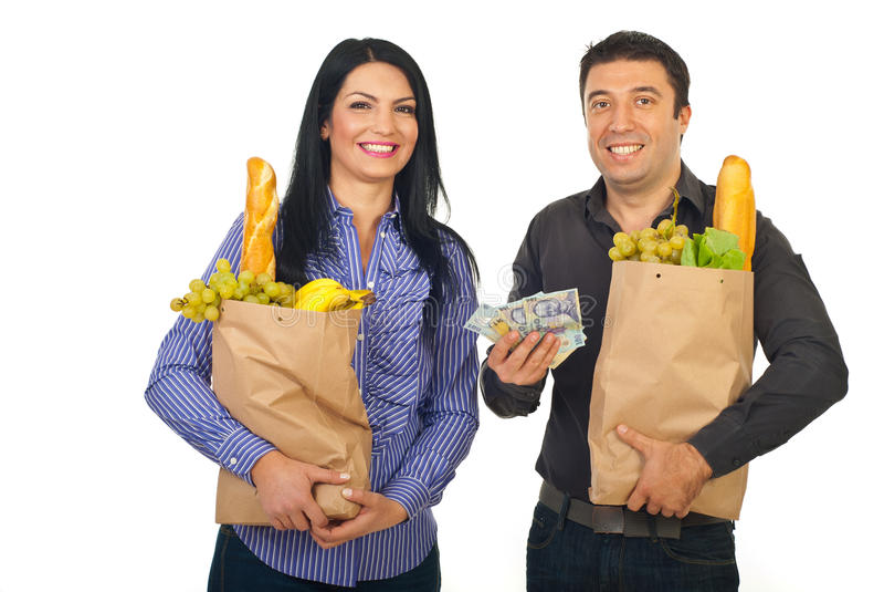 Alimento feliz da compra dos pares com dinheiro fotografia de stock