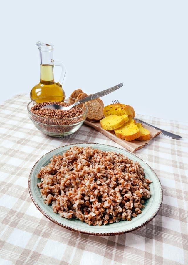Alimento fervido cozinhado graine marrom amarelo do ?leo da aveia em flocos de cereal da tabela do p?o da placa do papa de aveia  fotos de stock royalty free