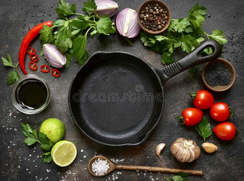 Alimento, fondo con la padella vuota ed ingredienti per cookin immagini stock libere da diritti