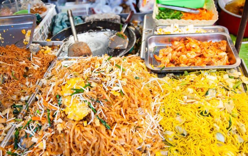 alimento fresco delicioso da rua em Tailândia - macarronetes fritados imagem de stock