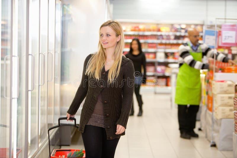 Alimento frio na mercearia fotos de stock