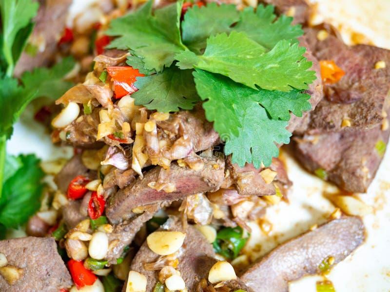 Alimento fritado do coentro do alho dos pimentões do fígado em delicioso asiático foto de stock