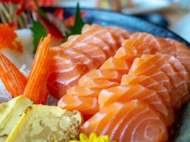 Alimento giapponese il grande insieme dei sushi e del sashimi include il salmone, il tonno, l'uovo dolce, calamaro fotografia stock