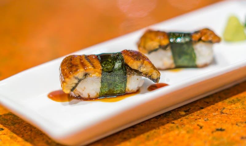 Alimento giapponese: Rotolo di sushi del pesce dell'anguilla fotografia stock