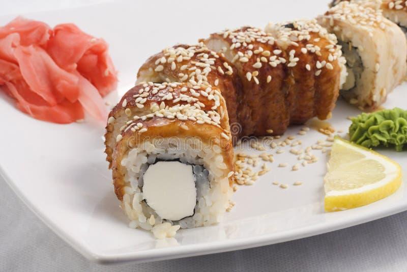 Alimento giapponese su un piatto bianco fotografia stock