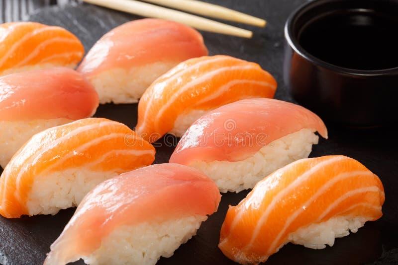 Alimento giapponese: un insieme dei sushi con il salmone ed il tonno, Cl della salsa di soia fotografia stock libera da diritti