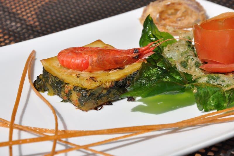 Alimento gourmet do projeto Camarão em um bolo salgado com verdes fotografia de stock royalty free
