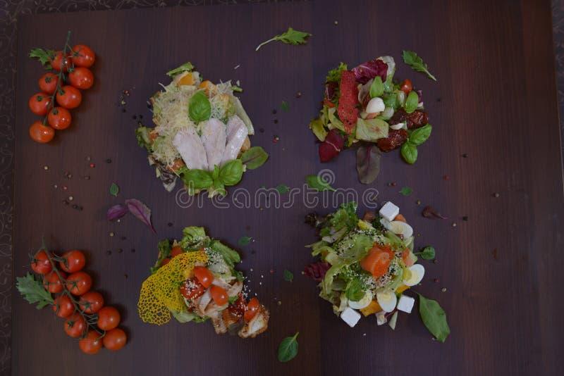 Alimento gourmet do restaurante - salada deliciosa do salmão fumado e do vegetal Alimento luxuoso do restaurante do aperitivo fotos de stock