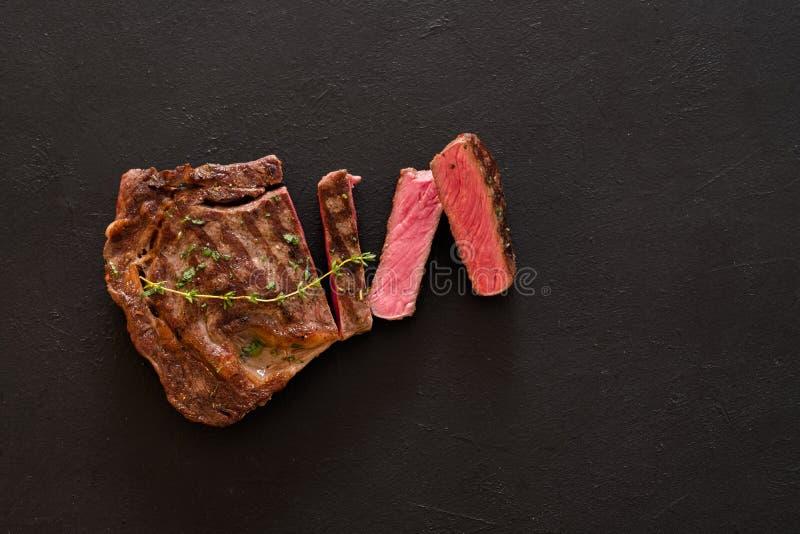 Alimento grelhado da carne que cozinha o bife raro fotografia de stock