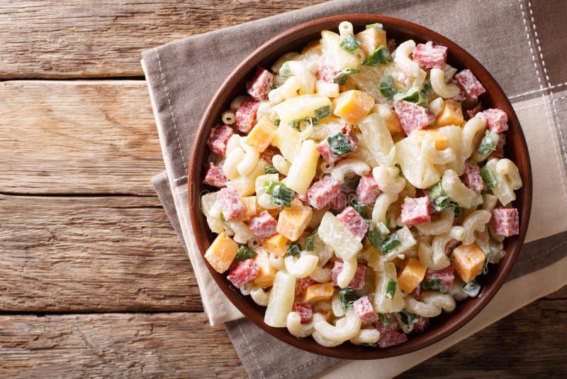 Alimento hawaiano: insalata con pasta, prosciutto, ananas, cipolla, cheddar fotografia stock libera da diritti