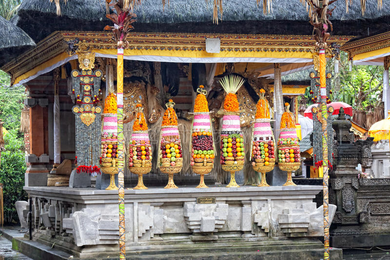 Alimento hindu que oferece em um templo de procriação de Tampak, Bali imagem de stock royalty free