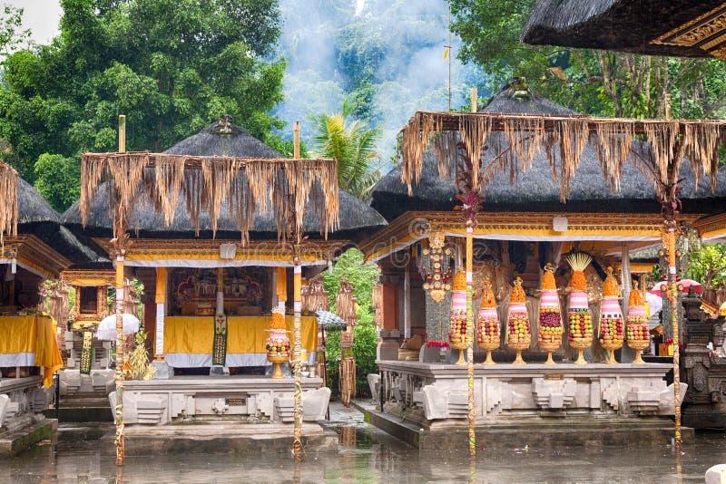 Alimento hindu que oferece em um templo de procriação de Tampak, Bali imagens de stock royalty free