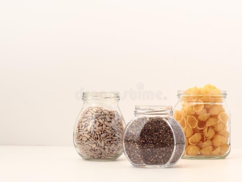 Alimento immagazzinato in barattoli riciclati Concetto residuo zero immagine stock libera da diritti