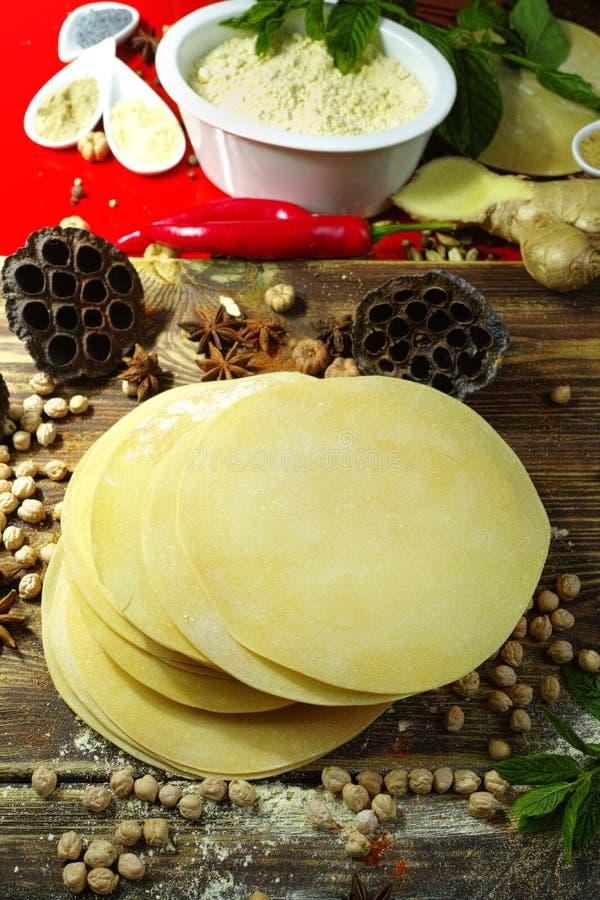 Alimento indiano colorido - grão-de-bico, papadum e especiarias no textured fotos de stock