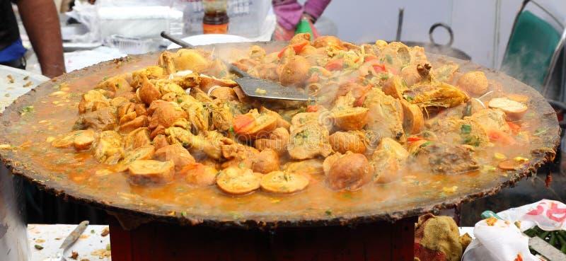 Alimento indiano da rua: Prato de galinha fotografia de stock