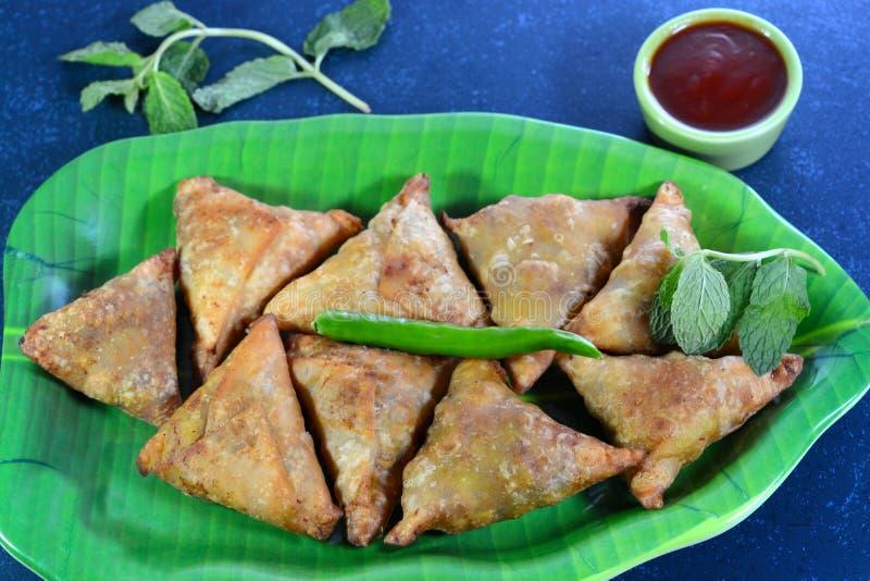 Alimento indiano de Samosa imagem de stock