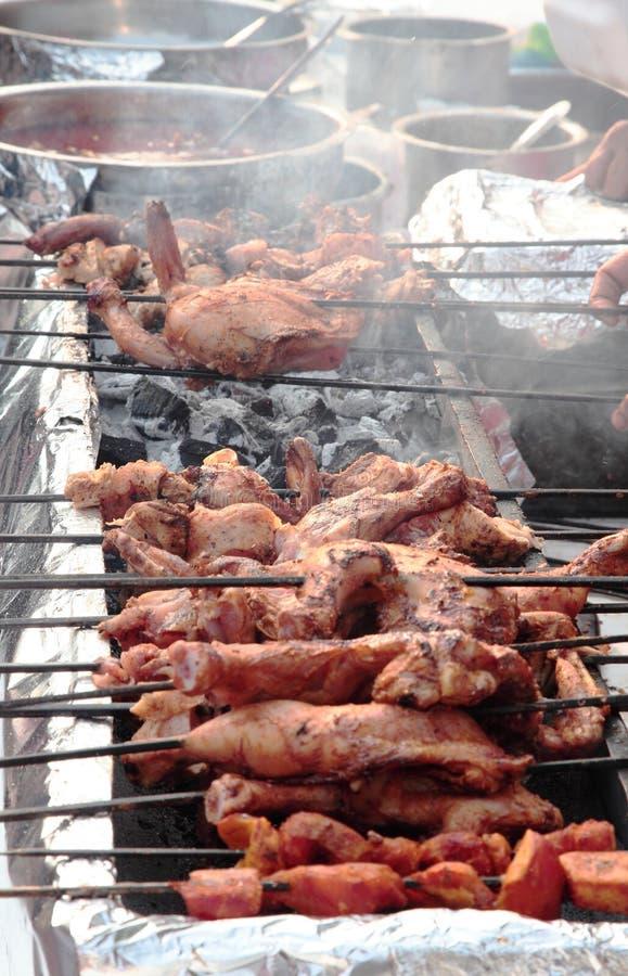 Alimento indiano della via: Intero pollo marinato fotografie stock