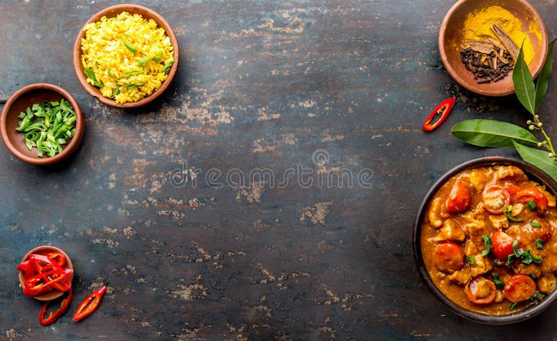 Alimento indiano Molho de caril de ROGAN JOSH Josh rogan da carne de porco com arroz foto de stock