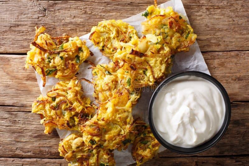 Alimento indiano: primo piano fritto croccante di Bhajis della cipolla cima orizzontale immagine stock libera da diritti
