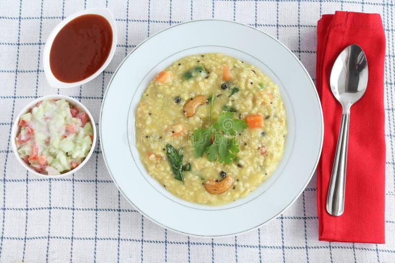 Alimento indiano saudável do vegetariano de Pongal da aveia com Raita e ketchup imagens de stock