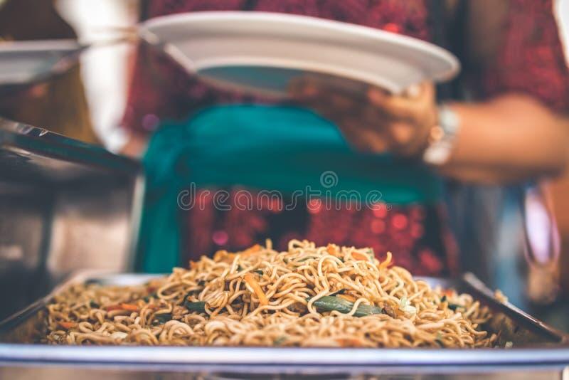 Alimento indonésio, ayam do goreng de mie, macarronetes fritados com galinha Bali, Indonésia foto de stock royalty free