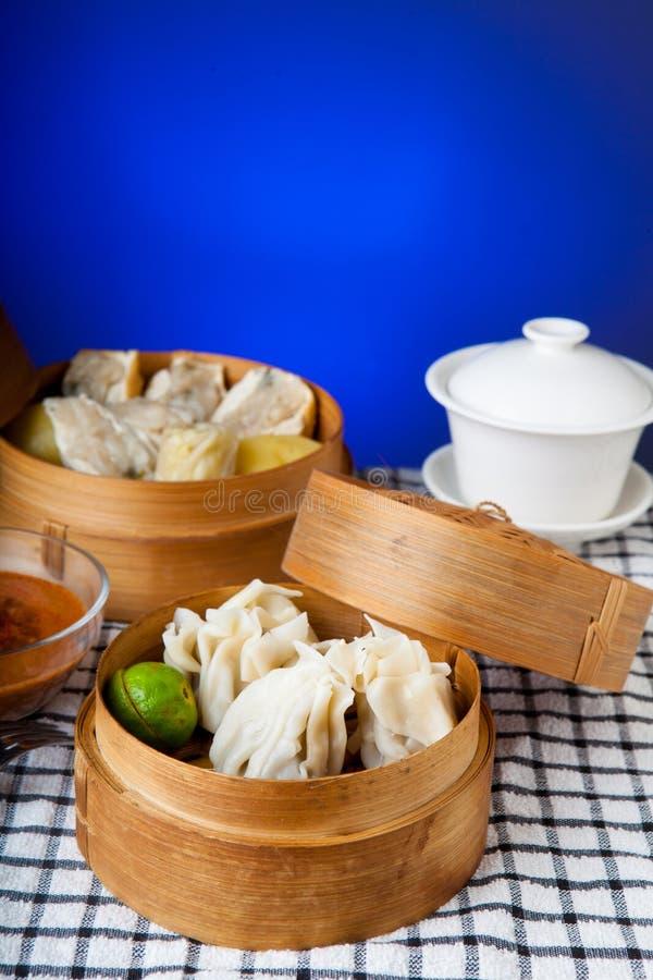 Alimento indonésio Siomay Bandung com fundo escuro azul imagem de stock