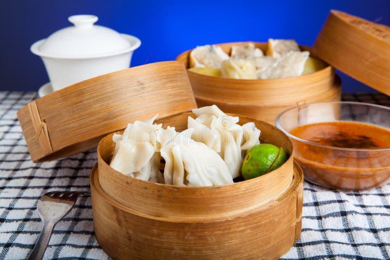 Alimento indonésio Siomay Bandung com fundo escuro azul imagens de stock royalty free